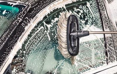 Lavar la luna del coche con champú