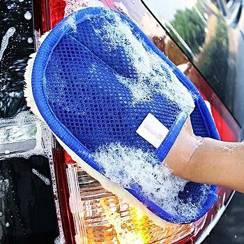 Limpiar los cristales del coche con un paño