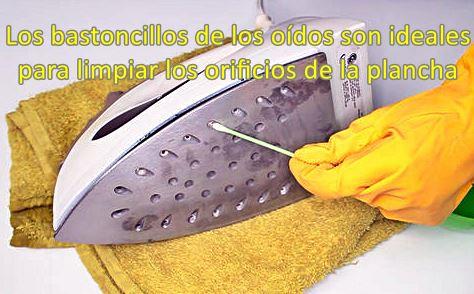 Los bastoncillos son ideales para limpiar los orificios de la base de la plancha