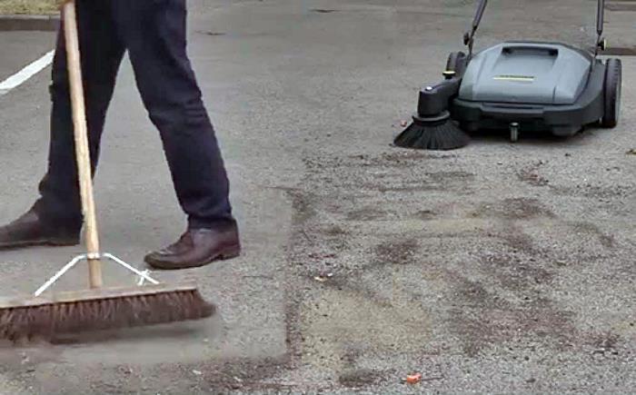 Cómo manejar una barredora manual