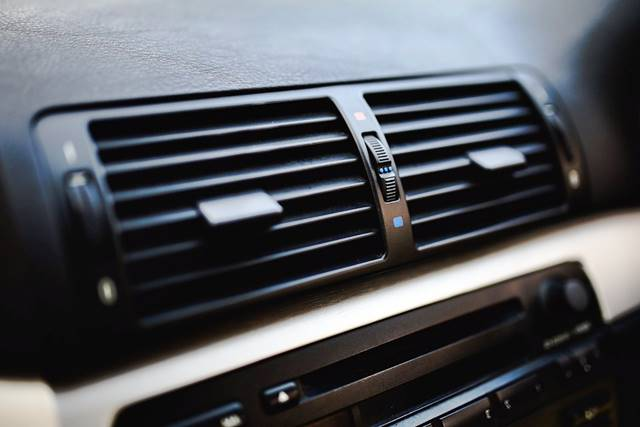 Aire acondicionado en el coche para evitar la condensación de los cristales