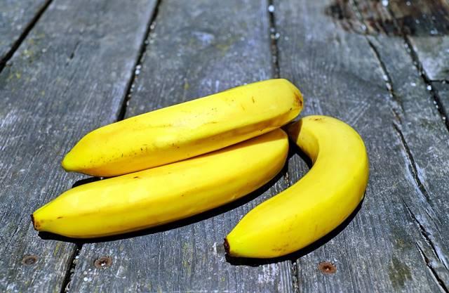 Cáscara de plátano para limpiar las zapatillas