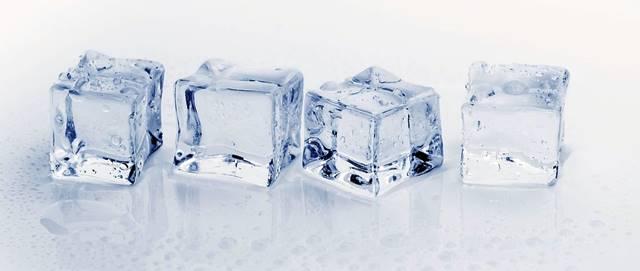 Usa los Cubitos de hielo para desprender los chicles del sofá de tela