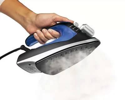 Il potere del vapore di un ferro da stiro per stirare una camicia