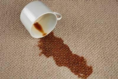quitar manchas de cafe de la alfombra